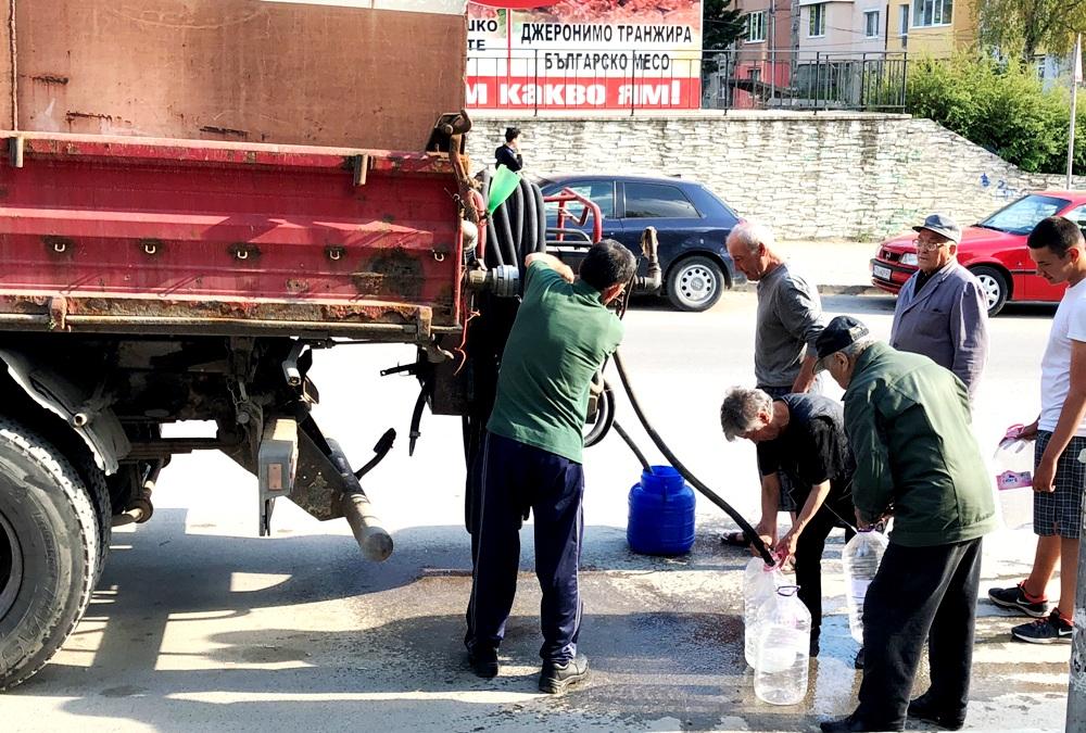 Вода от водоноска - 21 век. Снимка: Егений Георгиев