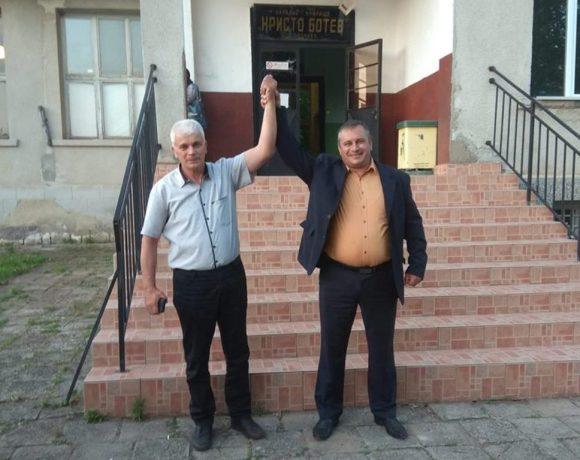 Новоизбраният кмет на с. Лясково Божко Божков (вляво) с общинския съветник Павел Костадинов