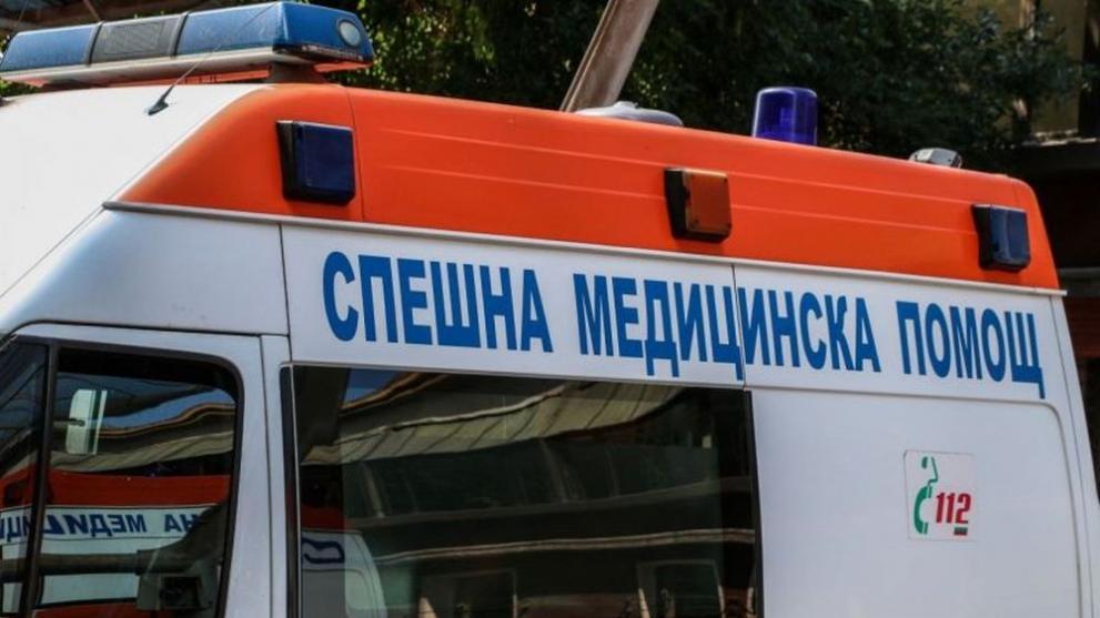 Борят се за живота на шофьора, блъснал се в дърво между Балчик и ...