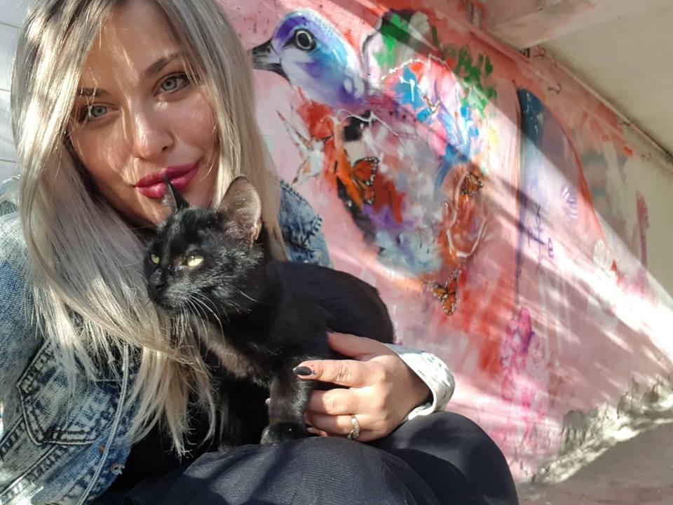Млада художничка внася красота и цвят в сивите жилищни пространства в Добрич