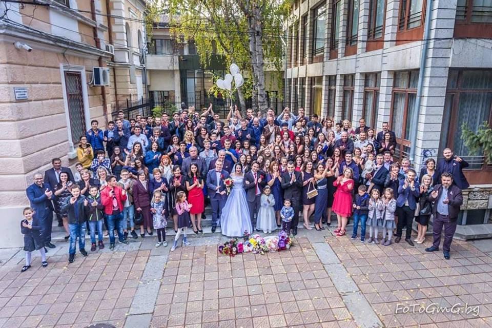 Любими учители събраха стотици близки и ученици на сватбата си
