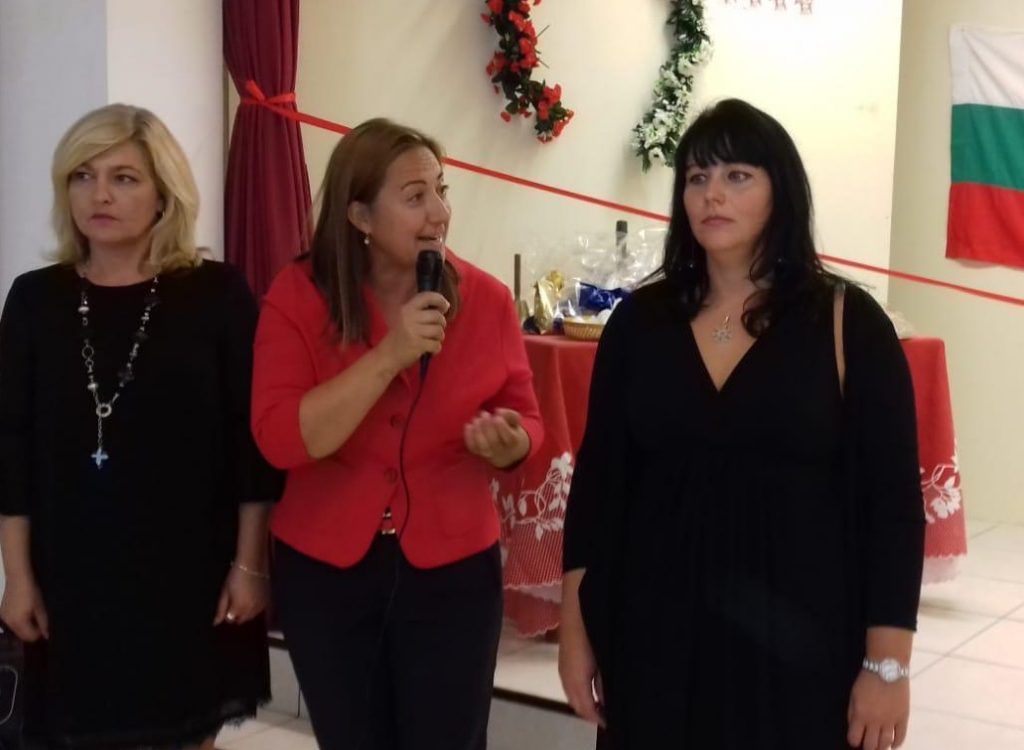 На откриването на училището в Салерно (дамата с червено сако)