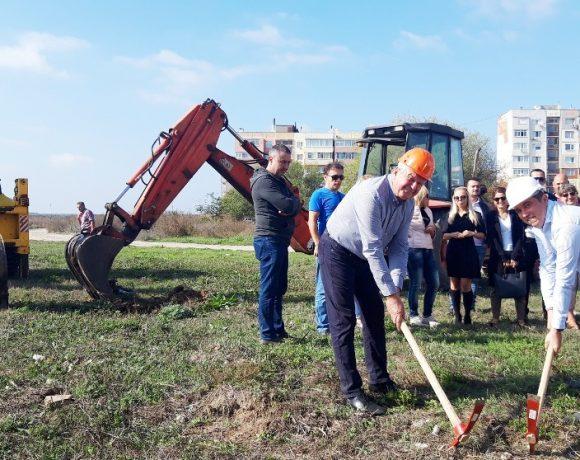 Заместник-кметовете Митко Петров и Димитрин Димитров правят първа копка на обекта