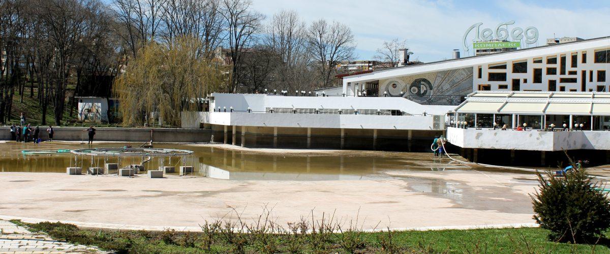 "Пролетно почистване на езерото в градския парк ""Свети Георги"". Снимка: Евгений Георгиев"