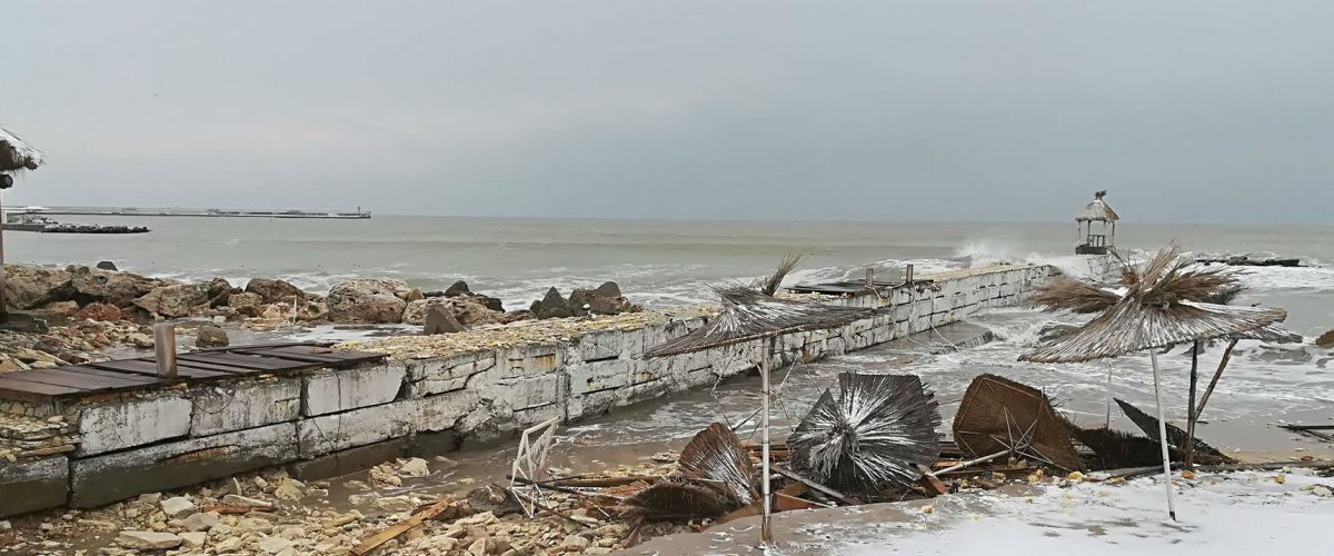 Бурното море отнесе крайбрежни ивици в Кранево и Балчик. Снимка: Албена Иванова